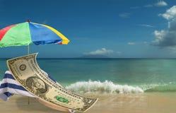 Le dollar US Est se reposant et enjoing sur la plage de paradice Image libre de droits