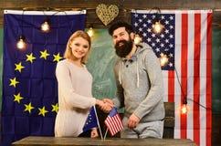 Le dollar US et les drapeaux des Etats-Unis et de l'Union européenne avec des politiciens ont l'association Images libres de droits
