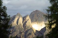 Le dolomia delle montagne delle alpi dopo pioggia infuriano al tramonto Fotografia Stock