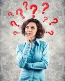 Domande intorno ad una testa immagine stock