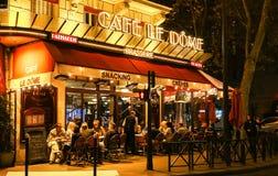 Le Dome夜视图,在埃佛尔铁塔附近的traditonal法国咖啡馆位于巴黎,法国 免版税库存照片