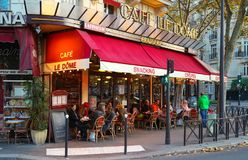 Le Dome是在埃佛尔铁塔附近的traditonal法国咖啡馆位于巴黎,法国 免版税库存照片