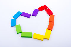 Le domino coloré bloque la forme un coeur Photo stock