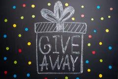 Le don d'inscription est écrit sur le tableau noir, la distribution libre, les bloggers et les cadeaux, instagram, réseau social photographie stock libre de droits
