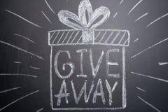 Le don d'inscription est écrit sur un tableau noir avec des cadeaux Distribution des cadeaux Blog, bloggers, réseaux sociaux, ins photos stock