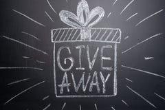 Le don d'inscription est écrit sur un tableau noir avec des cadeaux Distribution des cadeaux Blog, bloggers, réseaux sociaux, ins photos libres de droits