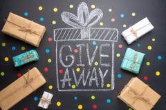 Le don d'inscription est écrit sur un tableau noir avec des cadeaux Distribution libre, bloggers et cadeaux images libres de droits