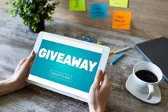 Le don, entrent pour gagner le texte sur l'?cran Loterie et prix Vente de m?dias et concept sociaux de la publicit? photo stock