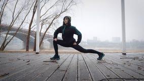 Le donne è riscaldamento prima di correre/che pareggia La donna sta esercitandosi Immagine Stock Libera da Diritti