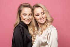 Le donne abbastanza belle sexy del ritratto due, stile di modo copre Immagine Stock