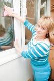 Le donne adulte puliscono la finestra Immagine Stock Libera da Diritti