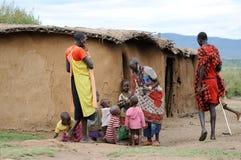 Le donne africane dà un braccialetto ai suoi bambini Fotografia Stock