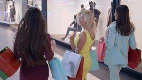 Le donne alla moda si precipitano sugli sconti stagionali nel deposito di modo durante venerdì nero video d archivio