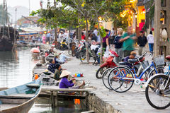 Le donne anziane stanno vendendo i lanters colourful dalle barche sulla st fotografie stock libere da diritti