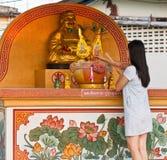 Le donne asiatiche pagano il rispetto. Fotografia Stock