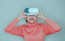Le donne asiatiche ridono e godono di di usando VR fotografie stock libere da diritti