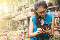 Le donne asiatiche stanno utilizzando le compresse Fotografia Stock