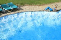 Le donne attraenti ottengono la solarizzazione in vacanza Fotografie Stock