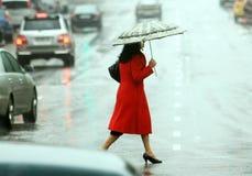 Le donne attraversano la via Fotografie Stock Libere da Diritti
