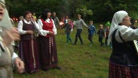 Le donne cantano e giocano con il ballo della gente e della fisarmonica nel cerchio archivi video