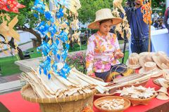 Le donne che fanno il pesce mobile dalla foglia di palma handcraft Immagini Stock