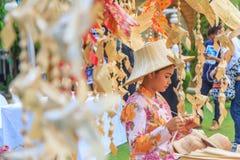 Le donne che fanno il pesce mobile dalla foglia di palma handcraft Immagine Stock Libera da Diritti