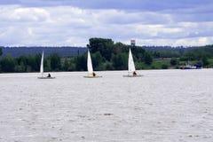 Le donne che navigano alla regata galleggiano giù il vento Fotografie Stock