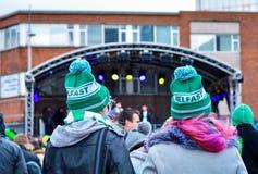 Le donne che portano i cappelli verdi assistono a Live Concert nel giorno del ` s di St Patrick alla città di Belfast Fotografie Stock