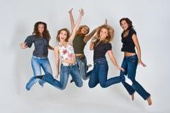 Le donne che saltano in aria Fotografie Stock Libere da Diritti