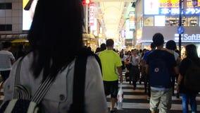 Le donne che tailandesi la passeggiata attraversa la strada all'attraversamento vanno a Dotonbori a Osaka, Giappone stock footage
