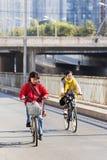 Le donne ciclano nel sobborgo un giorno soleggiato, Cina di Pechino Fotografie Stock