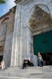 Le donne con le sciarpe lasciano la moschea di Ulu Camii fotografia stock libera da diritti