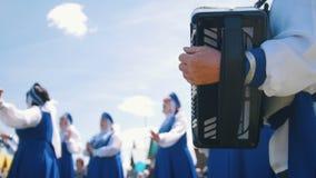Le donne in costumi russi nazionali stanno ballando E l'uomo gioca la fisarmonica archivi video