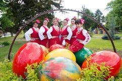 Le donne in costumi tradizionali della regione celebrano Pasqua Immagine Stock