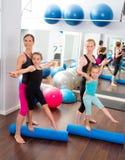 Le donne dei pilates di Aerobics scherzano l'addestratore personale delle ragazze Fotografia Stock
