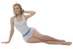 Le donne del blondie di sorriso mettono in mostra i vestiti al Ba bianco Immagini Stock