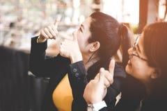Le donne di affari che celebrano il buon progetto risulta, la crescita di affari, fuoco scelto Fotografia Stock