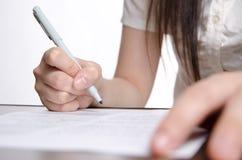 Le donne di affari firmano su documento Fotografia Stock Libera da Diritti