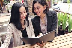 Le donne di affari hanno una discussione al ristorante fotografia stock