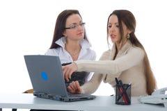 Le donne di affari lavorano con il computer portatile Immagini Stock Libere da Diritti