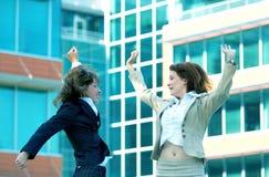 Le donne di affari saltano per la tinta dell'azzurro di gioia Immagine Stock Libera da Diritti