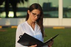 Le donne di affari sta leggendo l'immagine di riserva Fotografie Stock