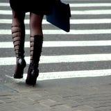 Le donne di affari va sulla via Immagini Stock