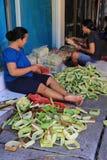 Le donne di balinese fanno le offerti Immagini Stock