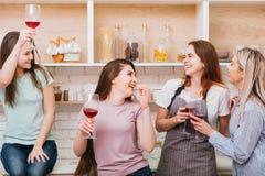 Le donne di congratulazione della celebrazione di acclamazioni tostano la gioia fotografia stock