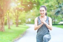 Le donne di forma fisica sono esercitantesi ed ascoltanti la musica dalla sua calca Fotografia Stock