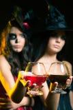 Le donne di modo del partito 2017 di Halloween gradiscono il cocktail della tenuta della strega Immagine Stock