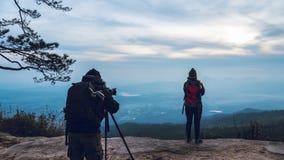 Le donne e gli uomini che dell'amante del fotografo gli asiatici viaggiano si rilassano nella festa Atmosfera dei paesaggi della  immagini stock libere da diritti