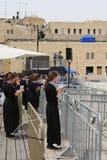Le donne ebree religiose pregano dalla parete occidentale nella vecchia città di Gerusalemme Fotografie Stock Libere da Diritti