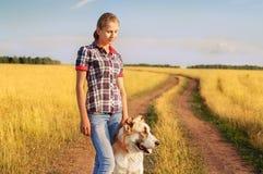 Le donne ed il pastore centroasiatico camminano nel parco Tiene Fotografia Stock Libera da Diritti